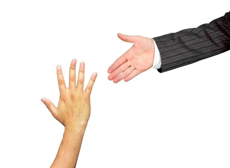 איך לבחור מורה טוב לאנגלית יד של מורה טוב לאנגלית מושטת ליד של תלמיד איילת צדוק מורה לאנגלית