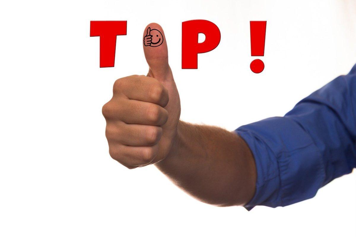 60 טיפים ללימוד אנגלית במהירות ובקלות אצבע של לייק שיוצרת את המילה top. איילת צדוק מורה לאנגלית